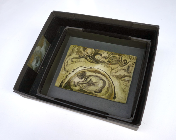 Naissance (Geburt und Helfer) - 13,5 x 20 cm, 2017 / Tusche auf präpariertem Papier, handgefertigte Rahmen aus Kofferpappe mit Graphitpuder, Filz, Glitter, Ölkreide 27 x 33 cm