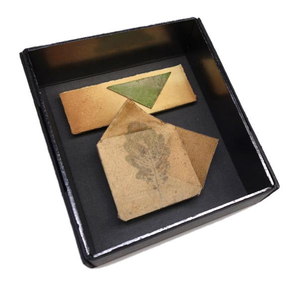 Form über Eichenblatt - Papierformen, Eichenblatt (Abdruck), handgefertigter Rahmen aus Kofferpappe und Graphitplatten 25 x 22 cm, 2017