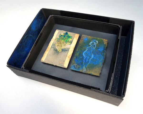 Conception - 2019 - je 13,3 x 9 cm, 2019 / Aquarellstift, Pigment auf präpariertem Papier, handgefertigte Rahmen aus Kofferpappe mit Graphitpuder, Filz, Glitter, Pigment 27 x 33 cm
