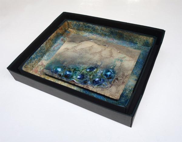 Kristalle-Berg - 23,5 x 31 cm, 2019 / Rötel, Aquarellstift auf präpariertem Papier, handgefertigte Rahmen aus Kofferpappe, Lack, Pigment und Filz 37 x 46,5 cm