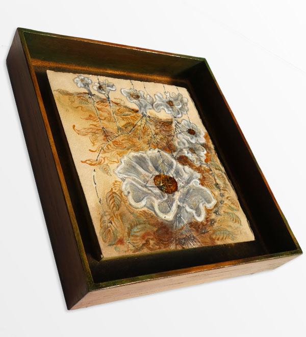 Trichterlige - 30,8 x 26,8 cm, 2017 / Graphitstift, Aquarellstift, Schellack, Tusche auf präpariertem Papier, Modellrahmen aus Holz, handbearbeitet und koloriert 40 x 35,5 cm, 2020