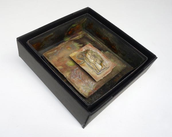 Drei Generationen - 12,5 x 9,8 cm, 2020 / Graphitstift, Aquarellstift auf präpariertem Papier, handgefertigter Rahmen aus Kofferpappe, Pigmenten, Filz 31 x 31 cm