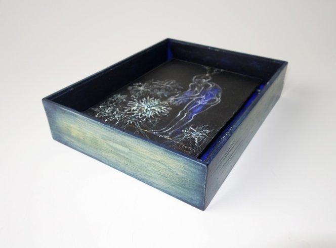 Monddistel - 18 x 24,5 cm, 2020 / Kreidestift, Acrylfarbe auf schwarzem  Karton, handbearbeiteter Modellrahmen aus Holz mit  Museumsglas 30 x 24 x 6,5 cm 25 x 22 x 6,5 cm
