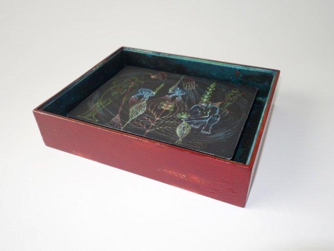 cosmic seeds, 2020 / Zeichnung 18 x 24,5 cm, Kreidestift auf schwarzem Karton, handgefertigter und handbemalter Raum aus Holz mit Museumsglas 25 x 22 x 6,5 cm