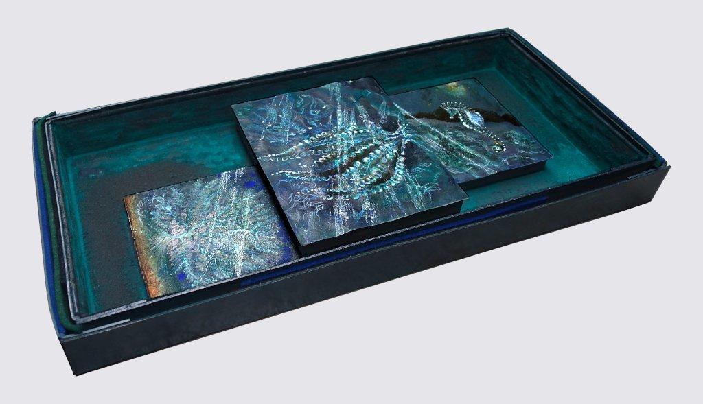Seepferd in tiefer See, 16 x 15,8 cm + 24,5 x 19,8 cm + 18 x 15,2 cm, 2020 / Aquarellstift, Tusche, Pigmente, Schellack auf präpariertem Papier, handgefertigter und handbemalter Raum aus Museumskarton, Filz, Pigment und Holz, 32,5 x 39,5 x 10 cm