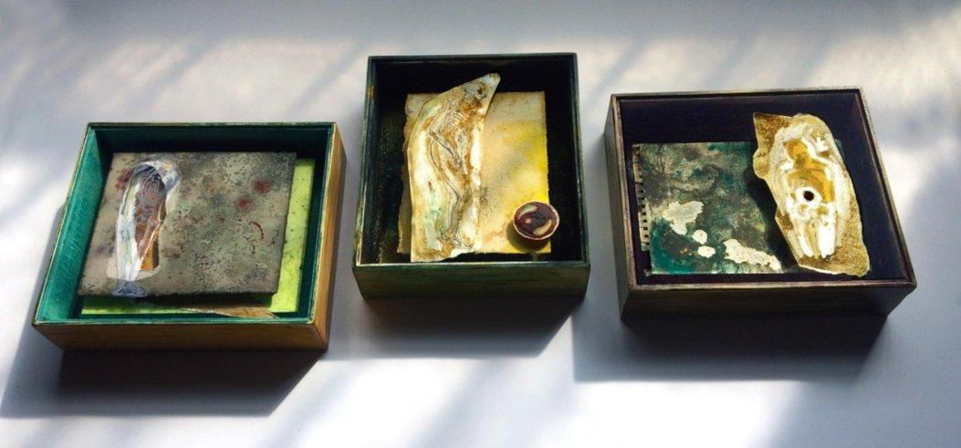 Triptychon 2021, drei handgefertigte und handbemalte Modellrahmen aus Holz, je 25 x 22 x 6,5 cm mit Museumsglas + Zeichnung/Collage mit Graphitstift, Farbstift, Lackstift auf Folie, Tusche, Pigmente, Schellack auf präparierten Papieren mit Färberpflanzensud